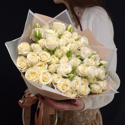 Шикарный букет из белых кустовых роз