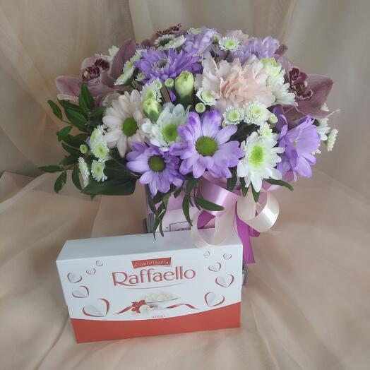 Цветы в коробке и конфеты