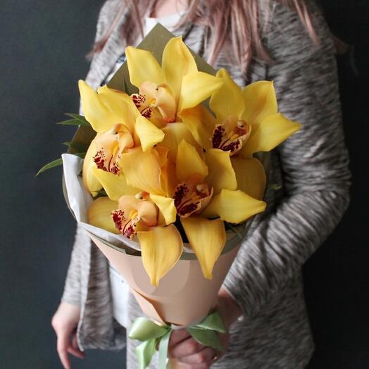 Букет из 5 жёлтых орхидей в оформлении