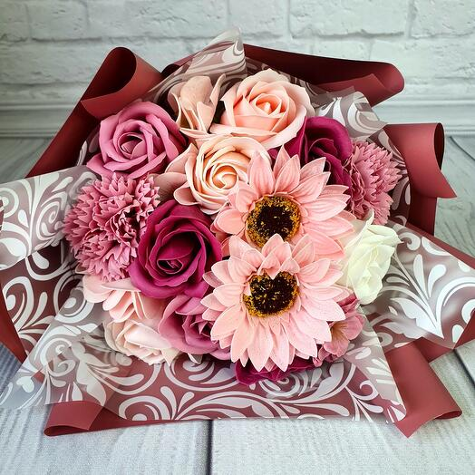 Нежный букет из мыльных роз, гвоздик и подсолнуха