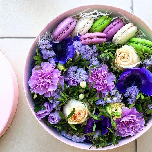 Композиция с макарунами Черничные ночи: букеты цветов на заказ Flowwow