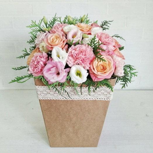 Цветочная композиция с розами лизиантусом и зеленью