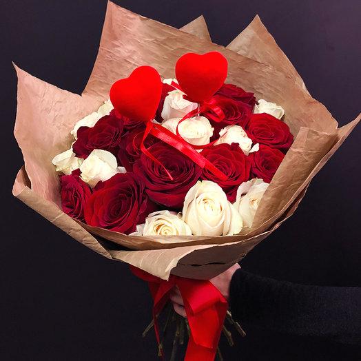 Микс  из 25 белых и красных роз  с сердцами: букеты цветов на заказ Flowwow