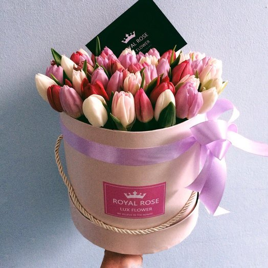 55 тюльпанов в коробке: букеты цветов на заказ Flowwow