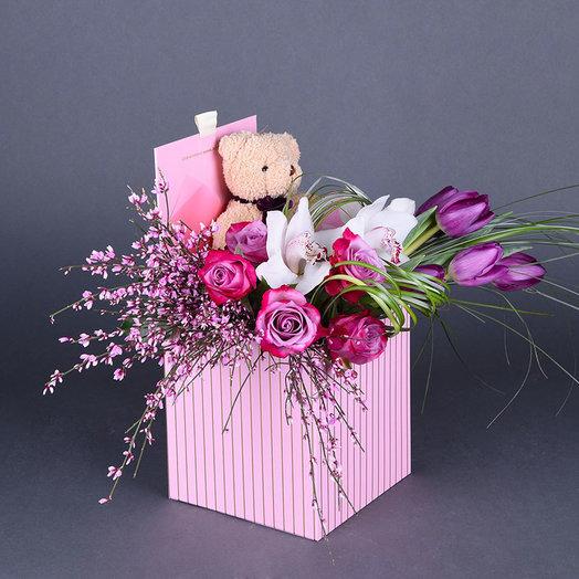 Шляпная коробка с цветами и игрушкой «Мишка в коробке»: букеты цветов на заказ Flowwow
