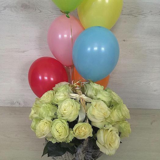 29 роз в корзинке с шарами: букеты цветов на заказ Flowwow