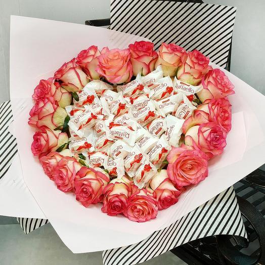 Красивый букет из розовых роз с сердцем с конфетами Рафаэлло: букеты цветов на заказ Flowwow