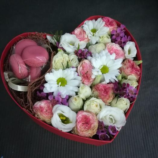 Коробка с макарунами: букеты цветов на заказ Flowwow