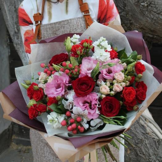 Восхитительный букет с розами и эустомой