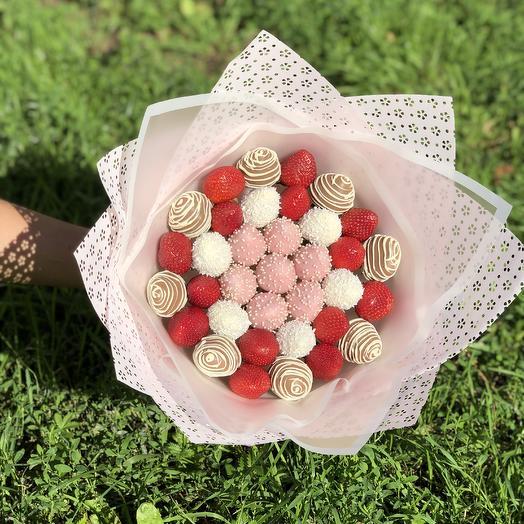 Клубничный букет BERRY SISTERS: букеты цветов на заказ Flowwow