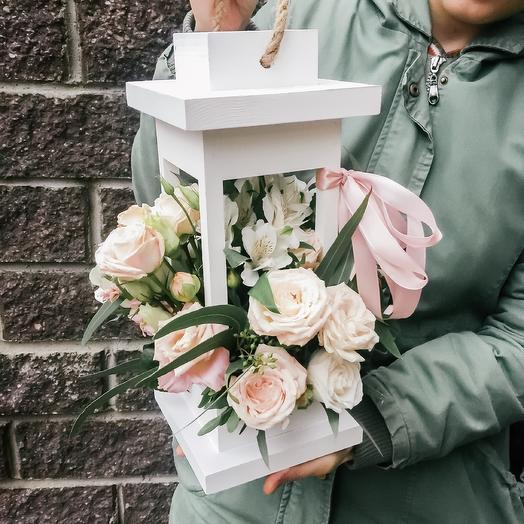 Композиция в деревянном фонаре с садовыми кустовыми розами, альстромерией, пионовидными розами и эвкалиптом: букеты цветов на заказ Flowwow
