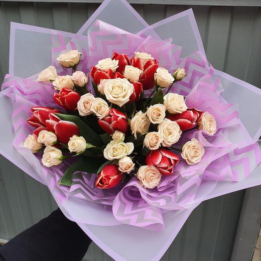 Букет из тюльпанов и кустовых роз: букеты цветов на заказ Flowwow