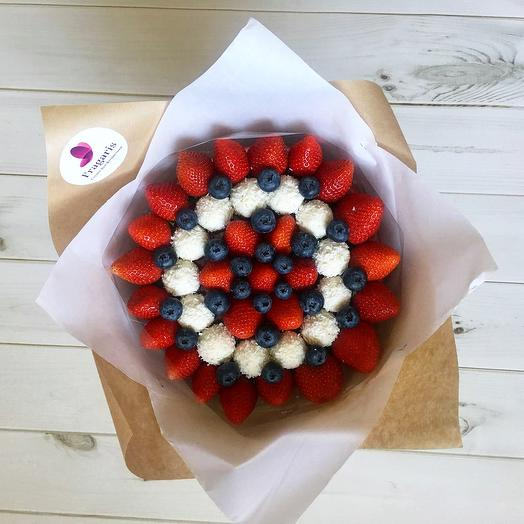 Букет из ягод и конфет «Нежный поцелуй»