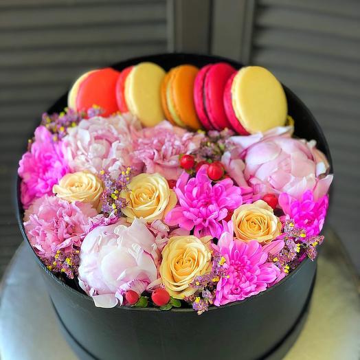 """Коробка с цветами и макарунсами """"Сладкая фантазия"""""""