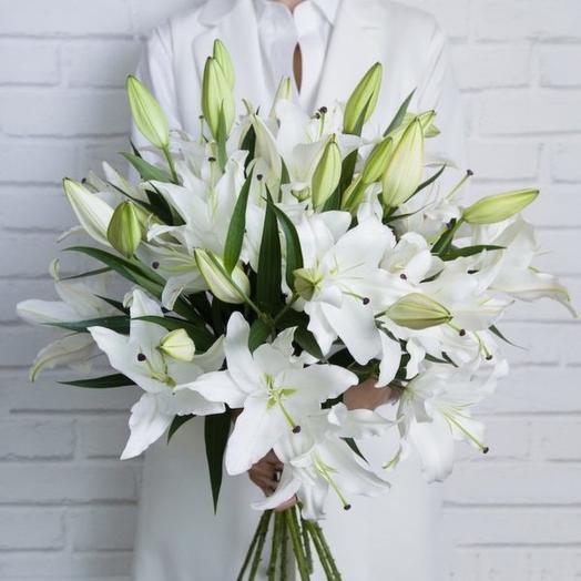 11 белых ориентальных лилий