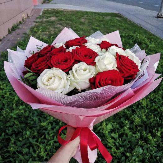 25 роз белых и красных с оформлением