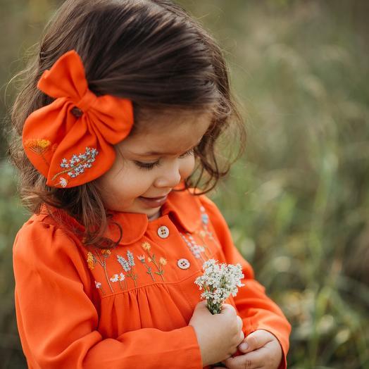Бант с вышивкой ручной работы в оранжевом цвете