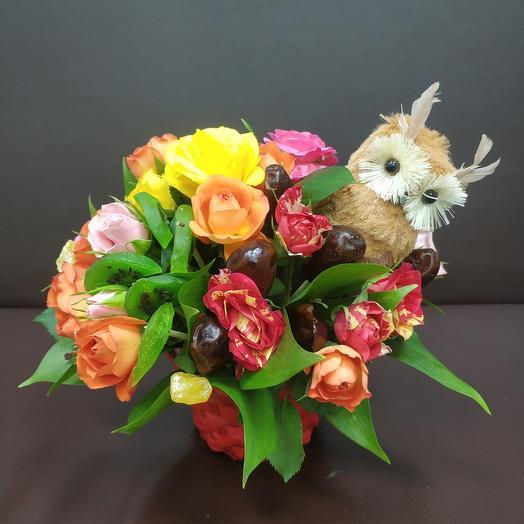 Корзина с цветами и сухофруктами