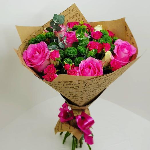 Букет с кустовой розой и эвкалиптом