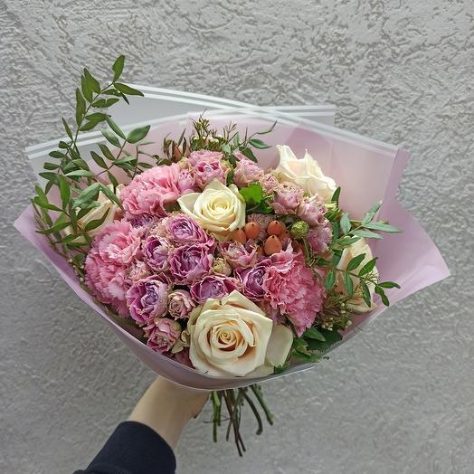 Праздничный с ассорти цветов