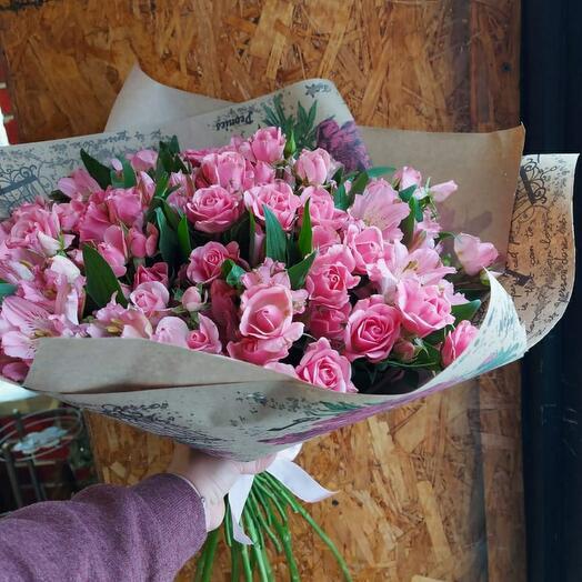 Роза с альстромерией