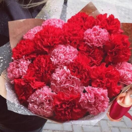 Букет из 25 гвоздик розовых и красных