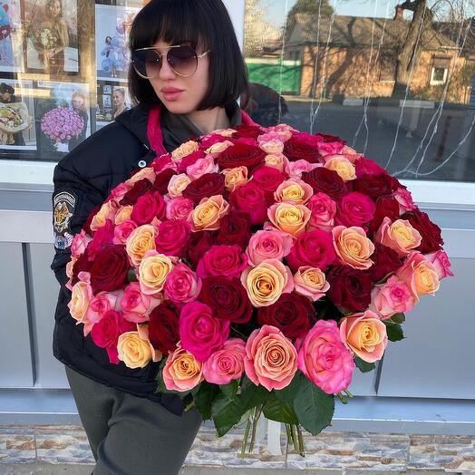 Яркий микс из 101 розы
