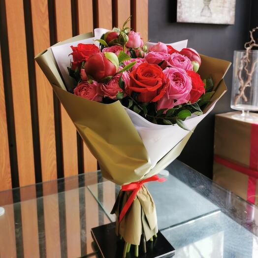 Бордовых пионы и пионовидные розы