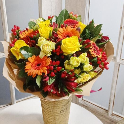 Букет с герберами, розами и альстромерией