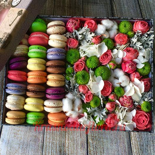 Большая коробочка с цветами и макарунсами: букеты цветов на заказ Flowwow