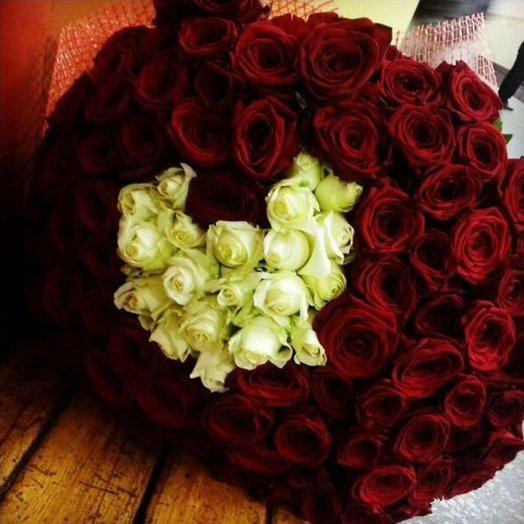 Букет белое сердце в красных розах 101 роза 70см