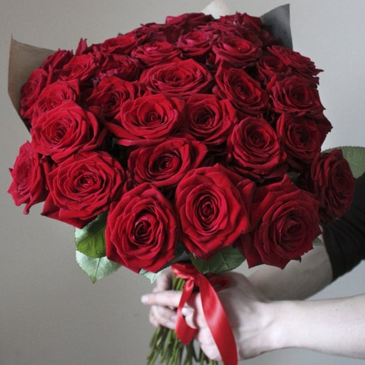 Букет из 35 роз в крафте: букеты цветов на заказ Flowwow