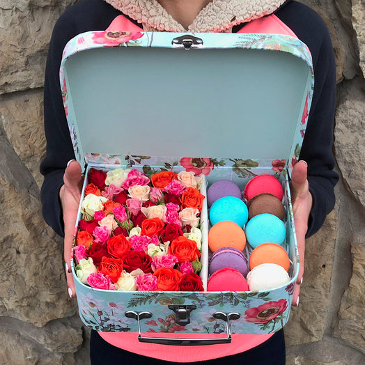 Чемоданчик с макарунсами и кустовой розой: букеты цветов на заказ Flowwow