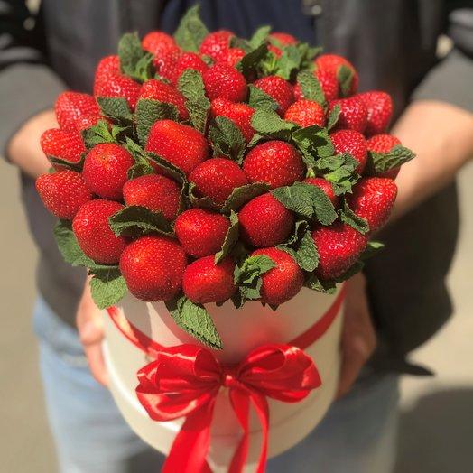 Клубника в коробке с мятой. N100: букеты цветов на заказ Flowwow