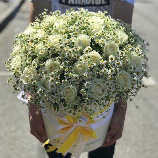 Коробки с цветами. Ромашки. Розы белые. N154: букеты цветов на заказ Flowwow