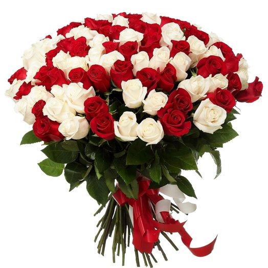 51 красно-белая роза 50 см: букеты цветов на заказ Flowwow