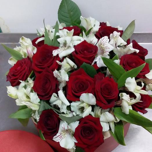 Шляпная коробка с розами и альстромериями: букеты цветов на заказ Flowwow
