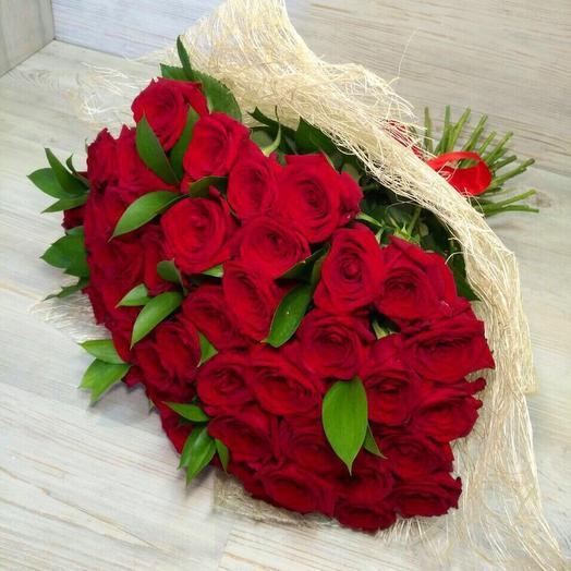 51 роза с рускусом: букеты цветов на заказ Flowwow