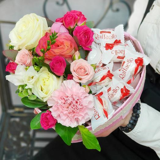 Композиция из роз, гвоздик с конфетами Рафаэлло в форме сердца