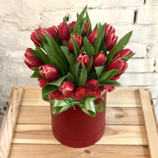 Bouquet of red tulips in a hat box