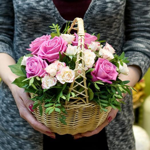 """Корзинка из роз """"Небольшой комплимент"""": букеты цветов на заказ Flowwow"""