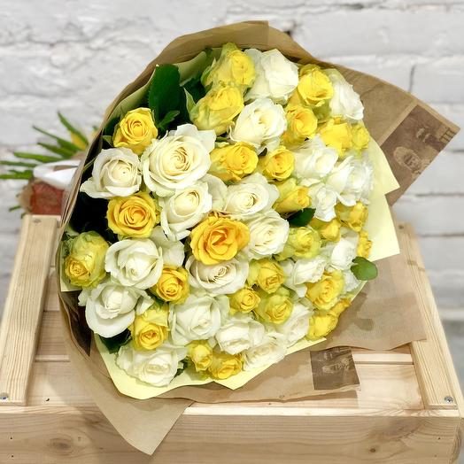 51 желто-белая роза в крафте