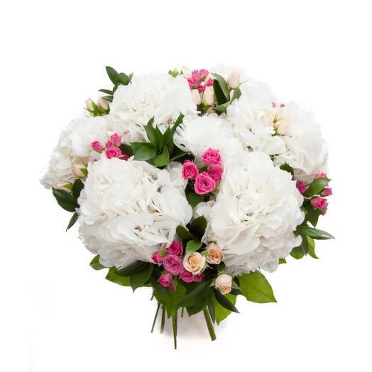 Букет из белых гортензий и кустовых роз: букеты цветов на заказ Flowwow