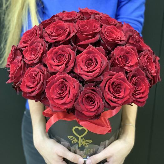 Коробка шляпная с красными розами Эксплорер: букеты цветов на заказ Flowwow