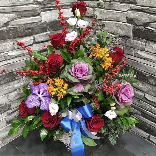 Шикарная корзина с розами,брассикой,илексом и зеленью