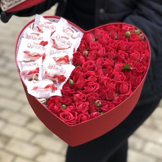 """Коробка сердце с кустовыми розами и конфетами рафаэло """"Рубиновый браслет"""""""