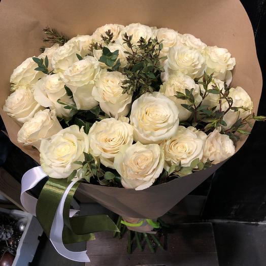 25 эквадорских роз с эвкалиптом: букеты цветов на заказ Flowwow