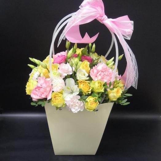 Яркий букетик с кружевом: букеты цветов на заказ Flowwow
