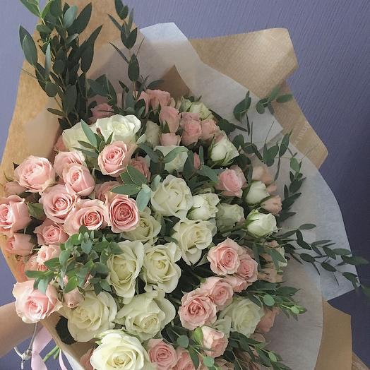 Ароматный букет из кустовых розочек и зелени: букеты цветов на заказ Flowwow