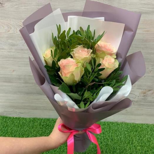 5 роз с фисташкой в упаковке